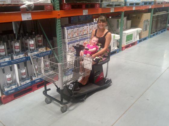 Beim Einkaufen in unserem Großmarkt. Ich hochschwanger, deshalb im Elektrogefährt.