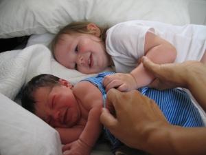 Magali hat´s gleich kapiert, als sie Kayla sah: BABY RAUSKOMMEN!