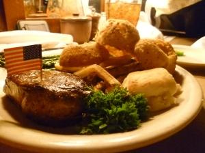 Bisonfilet mit Onionrings, French Fries und Spargel