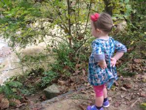 Versonnen schaute sie zu, wie das Wasser den Fluss hinabströmte
