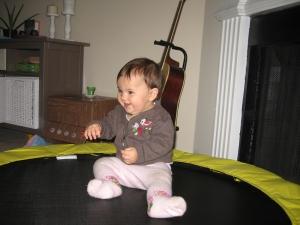 Kayla freut sich tierisch, weil sie jetzt auch aufs Trampolin klettern kann